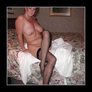 Huisvrouw in een ondeugende lingerie